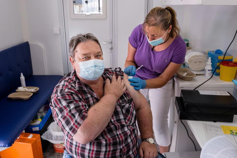 """Paul Neumann ließ sich am Sonnabend vom mobilen Impfteam des DRK impfen. Das DRK bot Kurzentschlossenen die Coronaschutzimpfung am Rande der Veranstaltung """"Verein(t) am Meridian"""" an der Görlitzer Stadthalle an."""