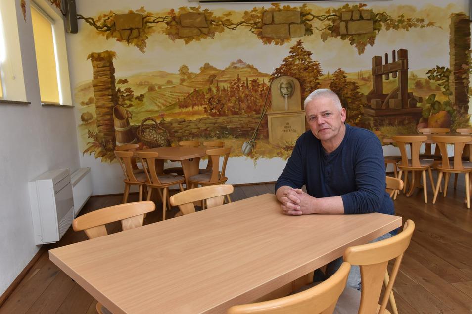 Leere Tische: Der Wirt des Gasthofs Pesterwitz, Michael Schulze, sieht noch keine Chance wieder zu öffnen.