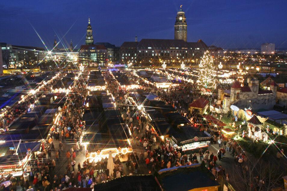 2007: Wegen der Bauarbeiten auf dem Altmarkt findet der Striezelmarkt in diesem Jahrauf dem Ferdinandplatz statt. Im Hintergrund sieht man das Dresdner Rathaus (Mitte) und die Kreuzkirche (links).
