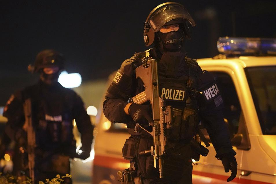 Schwer bewaffnete Polizisten rücken in die österreichische Hauptstadt an.
