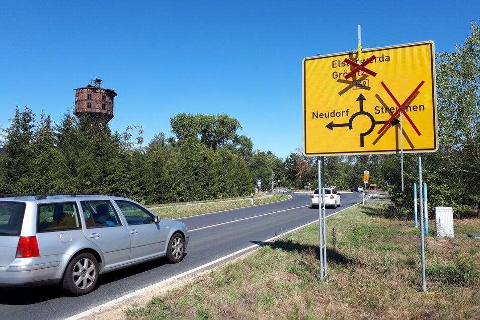 Die B 169 am Kreisverkehr Neudorf: Zumindest die rote Absperrung Richtung Gröditz wird am Freitag noch vom Schild verschwinden.