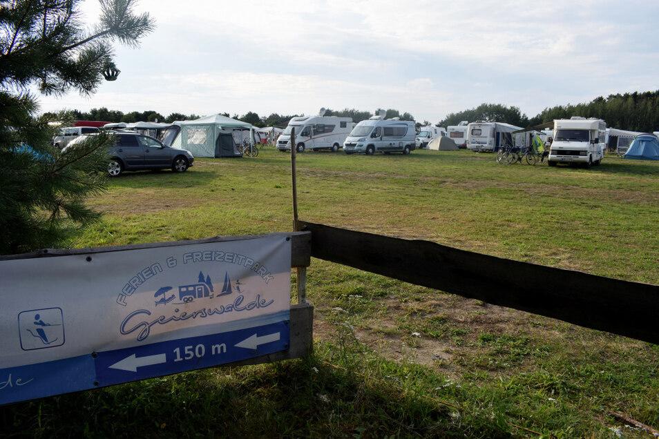 Hier ist für jeden etwas dabei: Es ist Platz für Dauer- und Langzeitcamper sowie spontane Gäste mit Caravan, Wohnmobil oder Zelt. Mobilheime stehen auf dem Platz am Geierswalder See auch zur Verfügung.