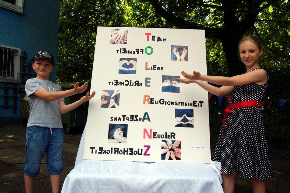 So buchstabieren die Kinder des Hortes An der Elster das Wort Toleranz – hier Nia und Eric. Für diese Arbeit gab es einen der ersten Preise.