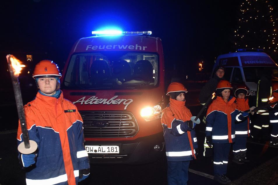 Mit viel Feuerwerk, Rauch und Fackelschein wurde am Freitagabend ein neuer  Mannschaftstransportwagen an die Altenberger Feuerwehr übergeben.