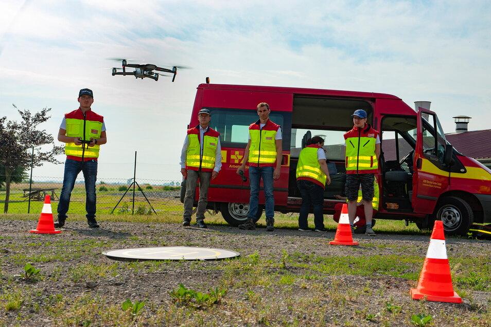Im vergangenen Jahr kamen die Drohnenspezialisten des Arbeiter-Samariter-Bundes Dresden/Kamenz - unter ihnen Armin Benicke - auf der Wiese hinter dem Geflügelhof zum Einsatz.