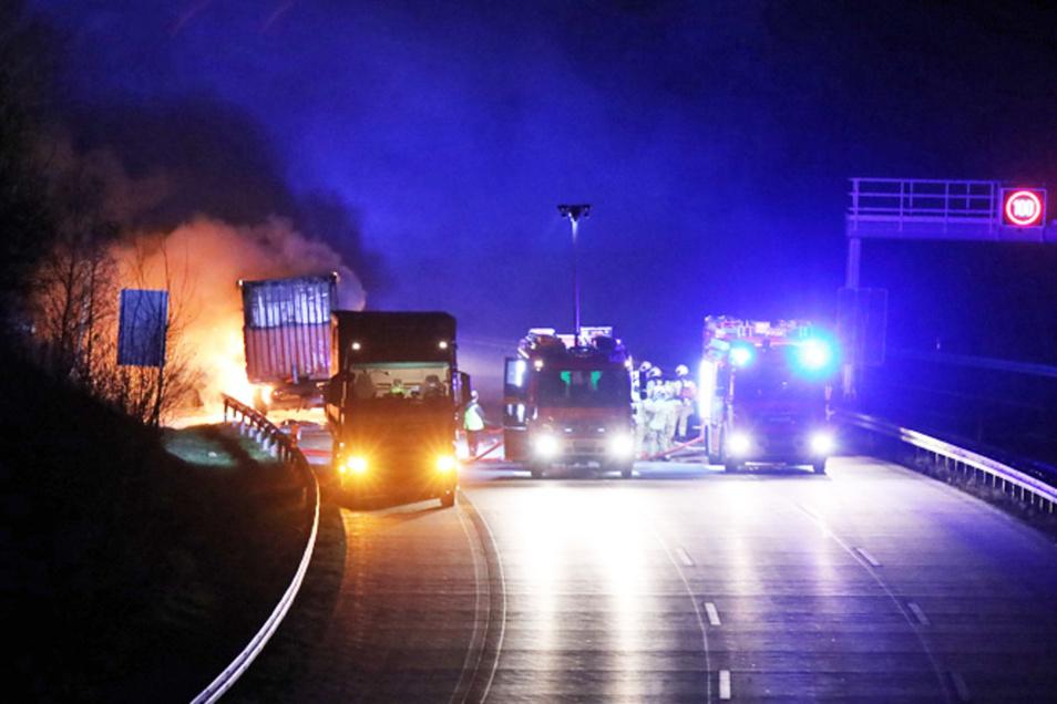 Ein Lkw-Anhänger ist auf der A17 in Dresden abgebrannt.