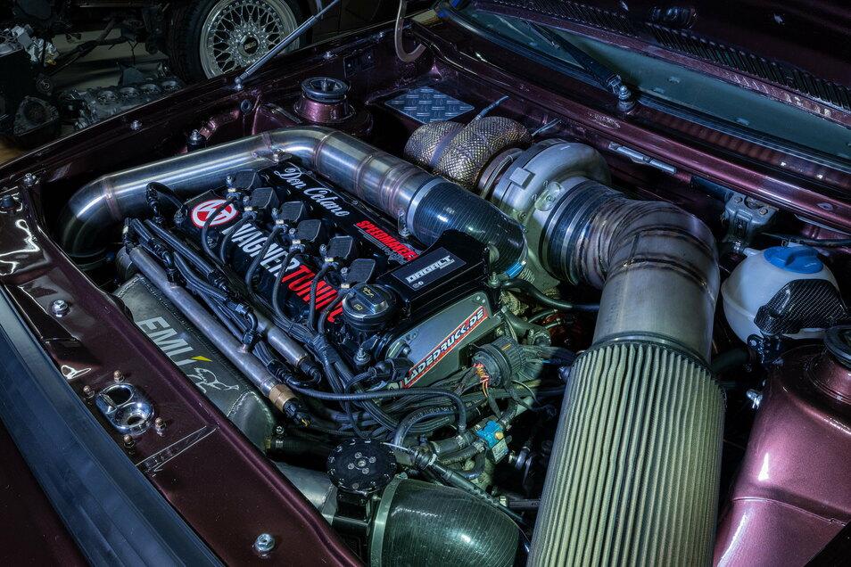 Alles eine Nummer größer: Der Sechszylindermotor leistet weit über 1300 PS – wenn der Ladedruck genug ist und Rennbenzin getankt wird.