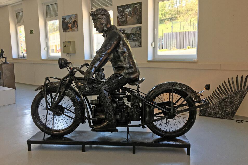 Ein historisches Motorrad ganz aus Stahl im Georado in Dorfhain.