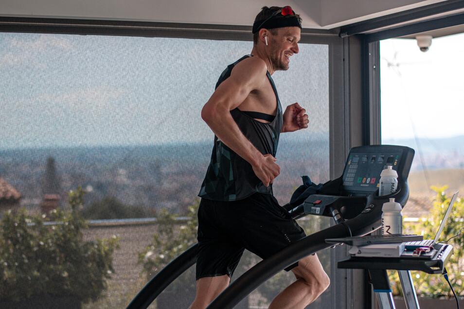 Und zum Abschluss noch der Marathon auf dem Laufband. Jan Frodeno absolvierte mal eben einen Langdistanz-Triathlon bei sich zu Hause. Und das in rund achteinhalb Stunden.