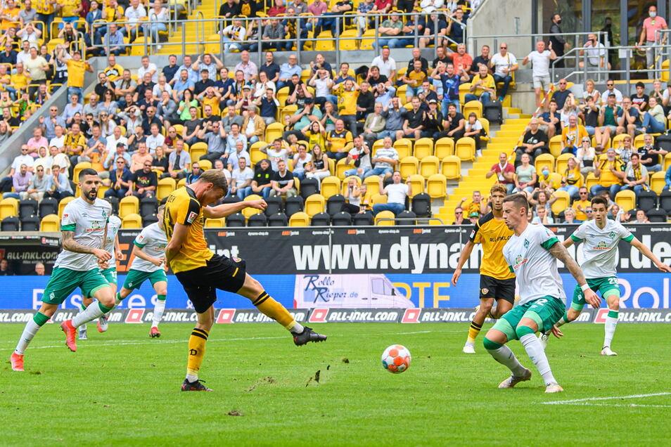 Dynamos Christoph Daferner zieht ab und trifft - sein insgesamt vierter Saisontreffer. Danach folgt noch der fünfte.