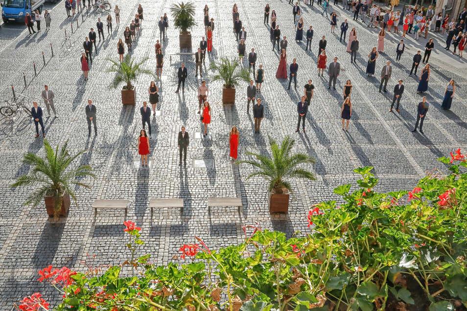 Die Abiturienten haben ihr Abschlussfoto auf dem Markplatz gemacht, um den Abstand einhalten zu können.
