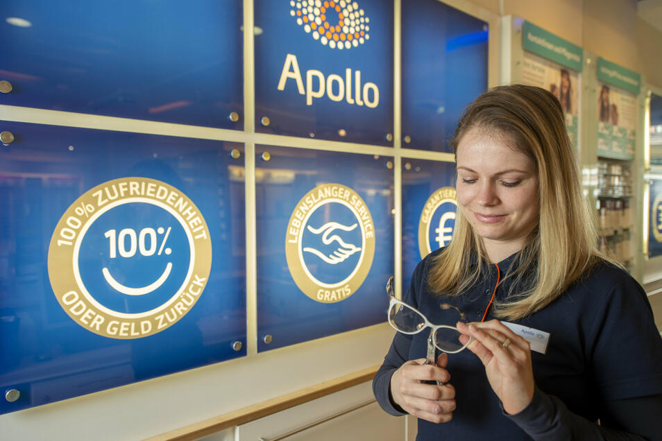 Anna Lorenz ist stellvertretende Filialleiterin von Apollo-Optik in der Bahnhofstraße in Radebeul und bedient Kunden nur noch mit zwei Metern Abstand. Und die Kontaktlinsenanpassung führen die Optiker nicht mehr durch.