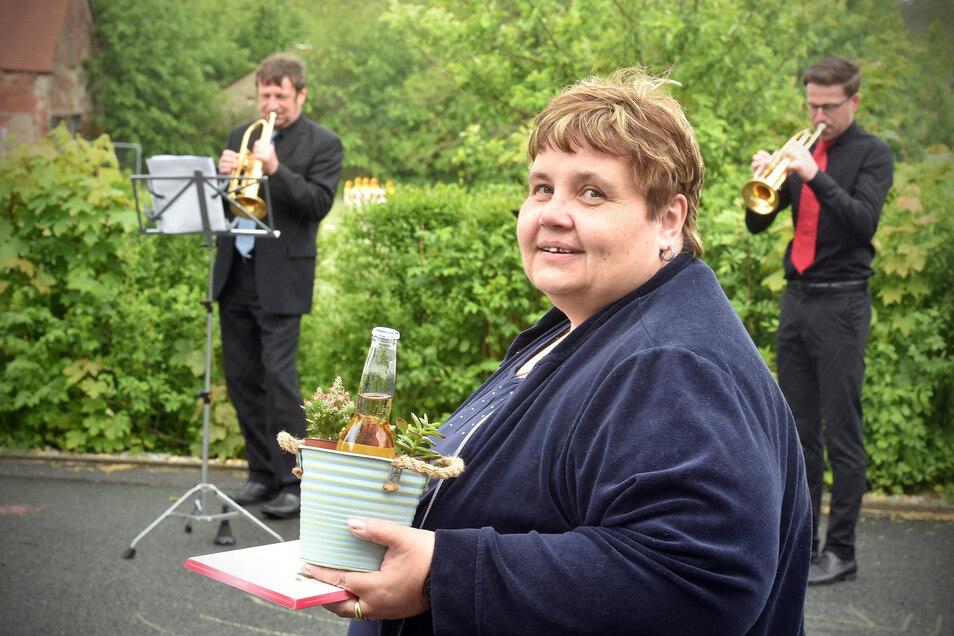 Schulleiterin Kathrin Koksch von der Eibauer Grundschule erhielt ein Ständchen vom MDR-Orchester. Sie war nicht die einzige.
