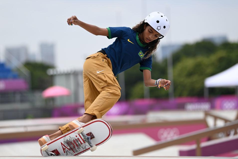 Tokio: Skateboard: Olympia. Rayssa Leal aus Brasilien, die spätere Silbermedaillengewinnerin, in Aktion.