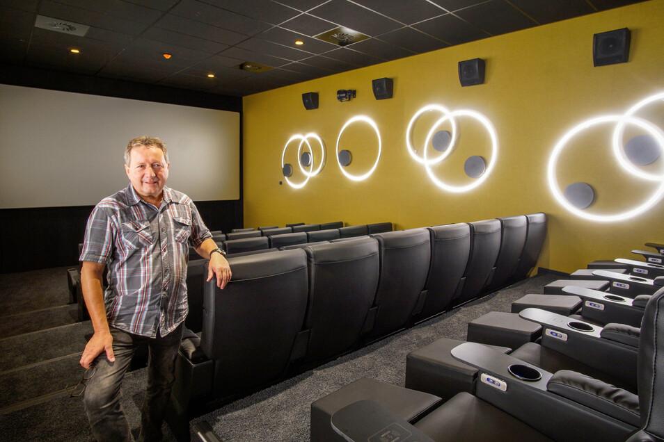 Der Leiter des Bautzener Kinos, Andreas Schneider, zeigt seinen neuen Lieblings-Kinosaal. Er ist einer von vier neuen Sälen.