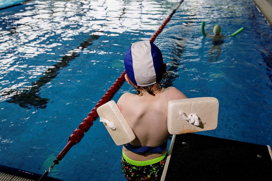 Im Schwimmunterricht lernen die Kinder die Grundfertigkeiten.