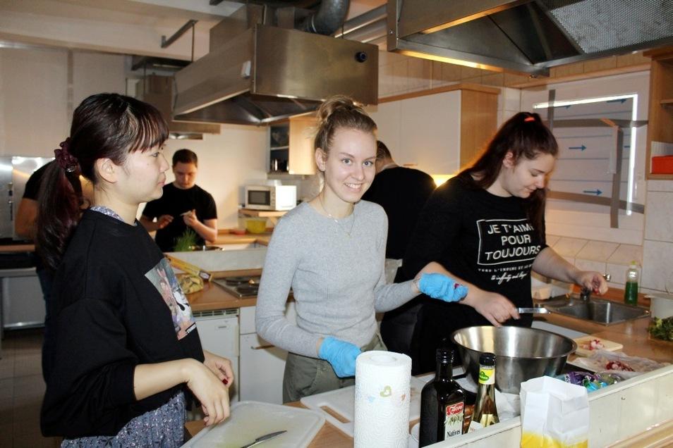 Haruka (links) aus Tokio ist bereits seit Anfang September 2019 in der Region zu Gast. Mit zwei weiteren Austauschschülern kochte sie gemeinsam mit FSJlern in Hoyerswerda, um Hemmschwellen abbauen und die deutsche Sprache besser verstehen zu können.