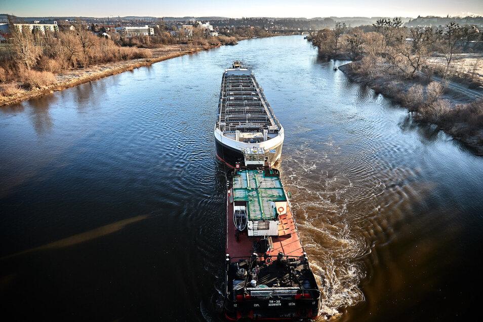 Ein reisiges Tankschiff fuhr Anfang des Jahres auf der Elbe an Pirna vorbei Richtung Dresden. Bilder wie diese sind selten geworden.