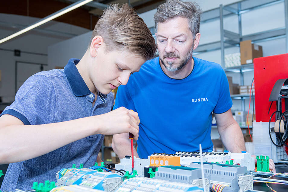 Starte deine Ausbildung zum Elektroniker (m/w/d) in Dresden und sichere dir beste Chancen für deine Zukunft.