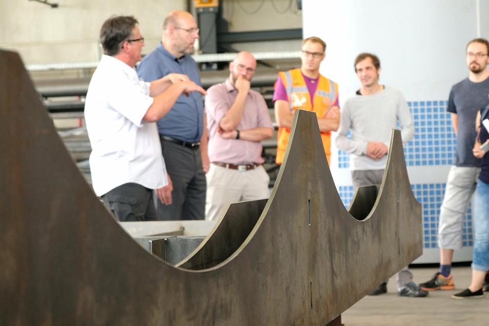 Die Stahl- und Maschinenbau Graf GmbH fertigt den Triebischsteg. Die Form der Bögen wurde dem alten Uferweg nachempfunden.