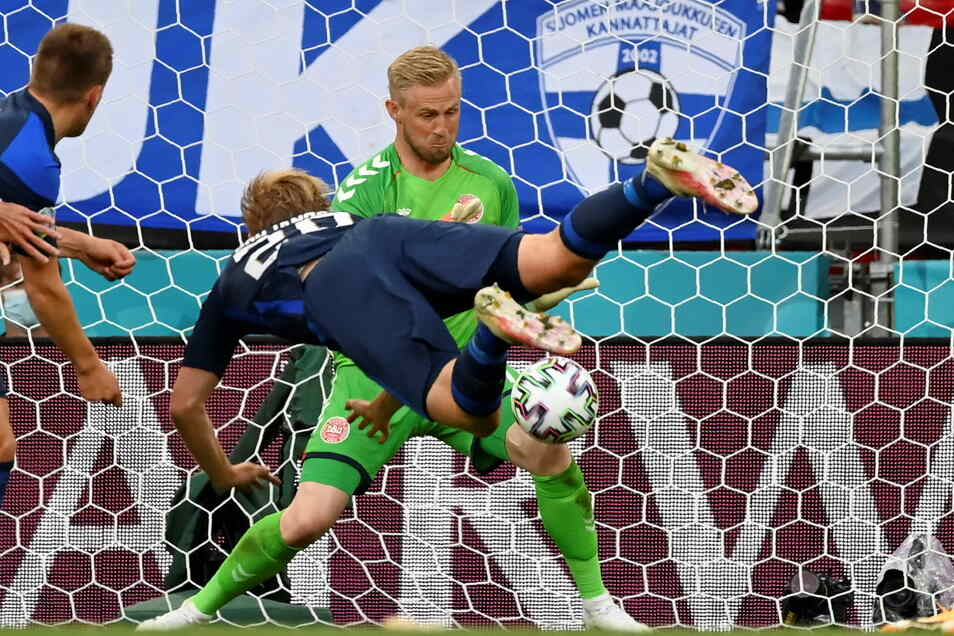 Der Finne Joel Pohjanpalo (vorne) erzielt per Kopfball den Treffer zum 0:1 gegen Torhüter Kasper Schmeichel. Der Treffer und der Sieg Finnlands sind an diesem Tag aber nebensächlich.