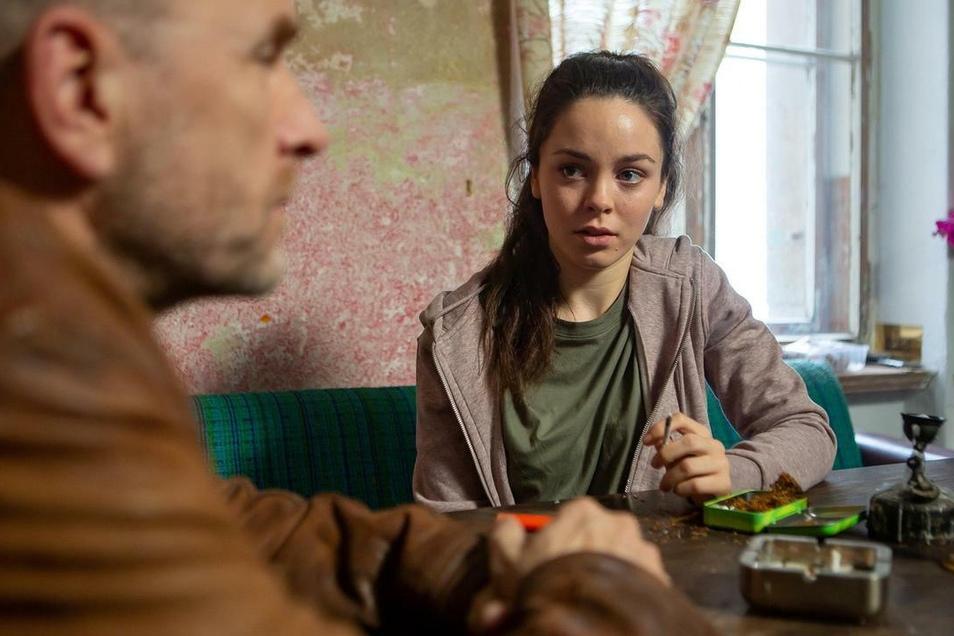 """Sandra (Tijan Marei) und """"Butsch"""" im Gespräch. Ihre Mitbewohnerin wurde ermordet. Dabei ist es Sandra, die sich seit einiger Zeit bedroht fühle."""