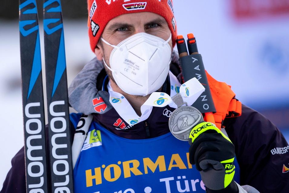 Mit Maske und Medaille: Arnd Peiffer gewinnt Silber.