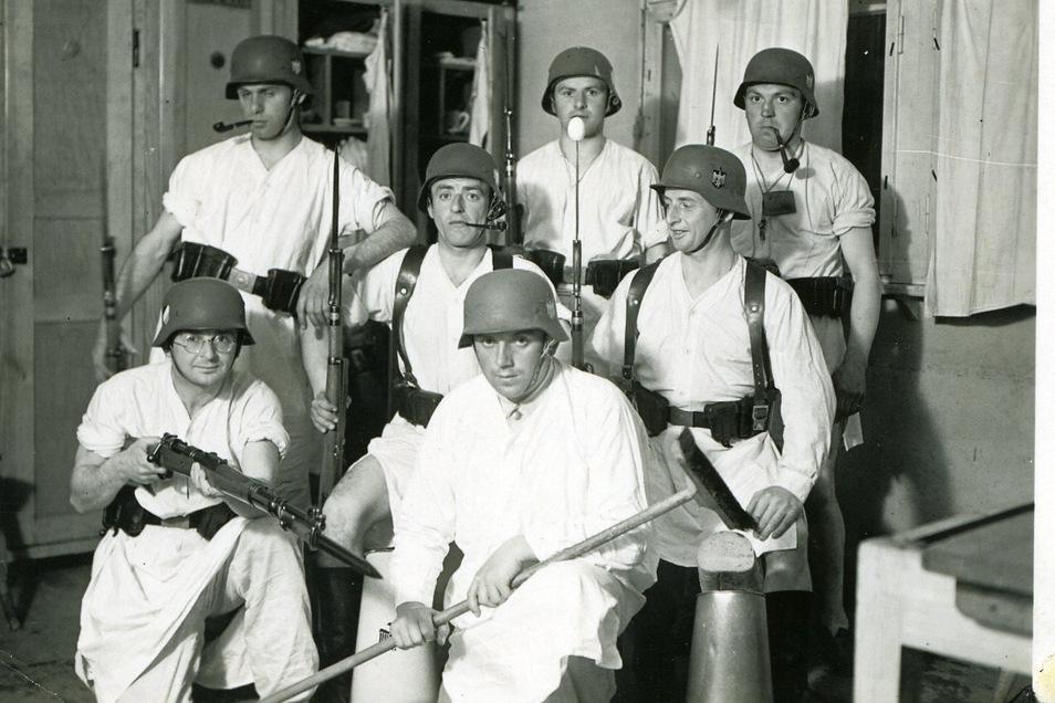 Da war das Soldatenleben noch ein Jux: Marcel Weise (2.v.r.) albert mit Kameraden auf der Stube herum. Das Foto entstand 1938, ein gutes Jahr vor Kriegsausbruch, beim Wehrdienst in Löbau.