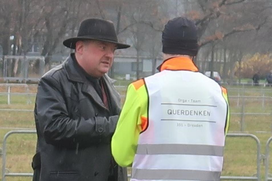 Der Dresdner Anwalt Jens Lorek, hier im Dezember 2020 mit dem Organisator einer verbotenen Querdenken-Demo, weigert sich, im Gericht eine Atemschutzmaske zu tragen..