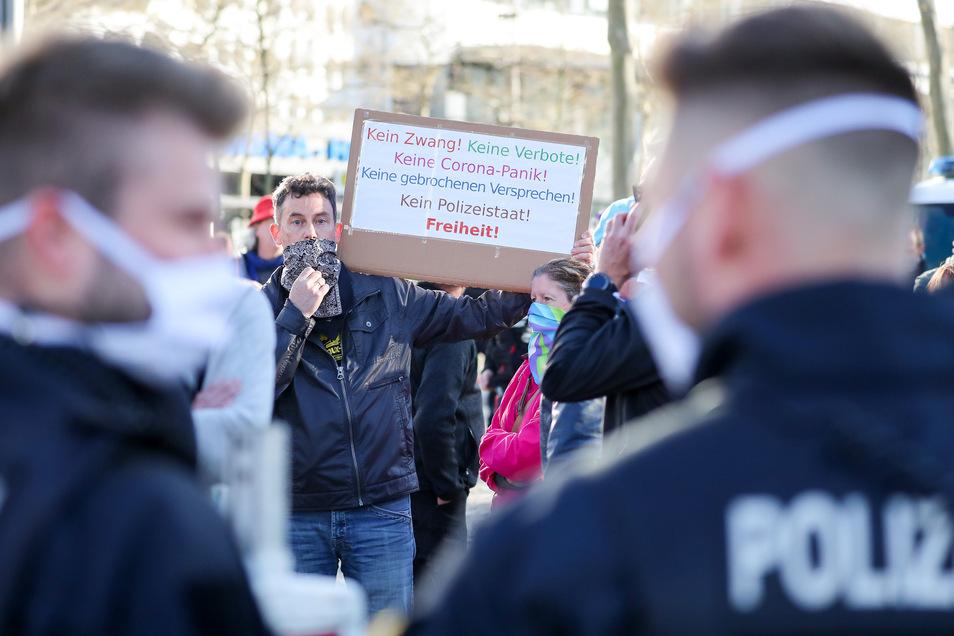 """Teilnehmer der rechtsextremen Vereinigung Pro Chemnitz demonstrieren am Montag am """"Nischel""""."""