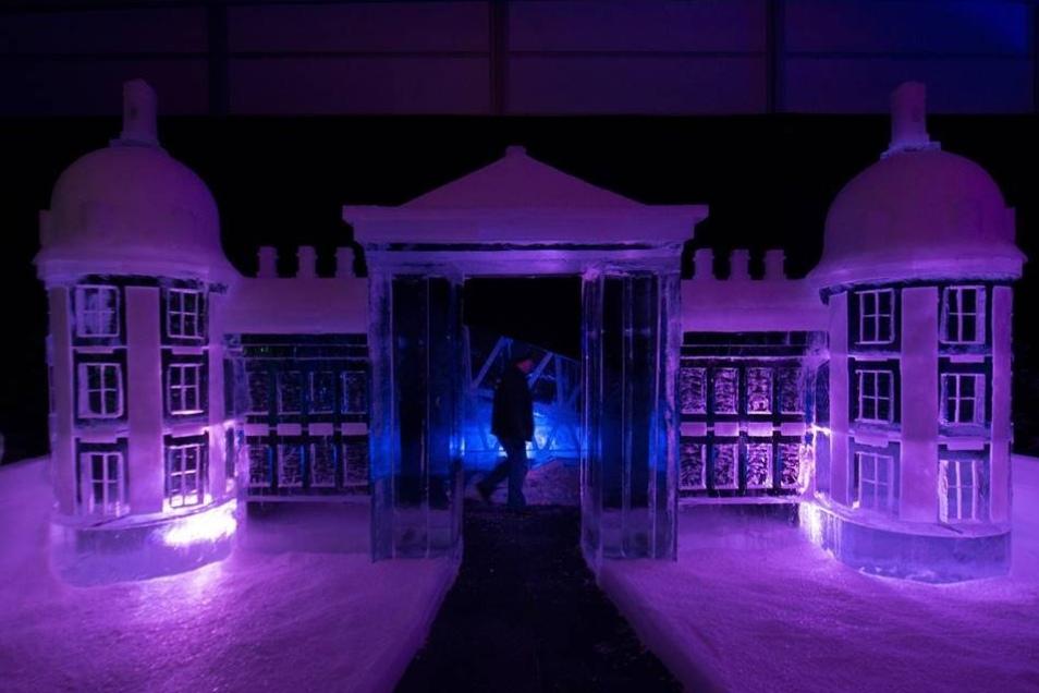 Das Schloss mal anders Dresden. Dass hier mit schwerem Gerät gearbeitet wurde, ist den filigranen Bauwerken nicht mehr anzusehen: Schloss Moritzburg, die Frauenkirche oder das Blaue Wunder sehen in Eis gemeißelt fast noch schöner aus als im Original. Zu sehen sind die eiskalten Kunstwerke noch bis zum 25. Februar in der Eiswelt-Ausstellung in der Zeitenströmung im Industriegelände. Bei acht Grad minus haben 25 internationale Künstler grazile Formen aus großen Eisblöcken gesägt, gefräst, gekratzt und geschliffen. Aus 200 Tonnen Schnee und Eis haben sie Meisterwerke der Bildhauerei erschaffen. Darunter auch so bezaubernde Wesen wie das Stollenmädchen und Aschenbrödel zum Moritzburger Schloss, aber auch einen Eis-Grinch. Sogar ein Bügeleisen kam zum Einsatz, damit das Eis an bestimmten Stellen matt erscheint. Die Show ist eine der weltweit größten überdachten Eis- und Schneeskulpturen-Ausstellung. Sie bietet rund 1 000 Quadratmeter Ausstellungsfläche und hat eine spezielle Dämmung, damit auch an lauen Wintertagen wenigstens acht Minusgrade das Leben der Eiswesen garantieren. Die Eisblöcke dafür kamen übrigens aus Lettland, Frankreich und Belgien. Illuminationen werden die märchenhafte Winterlandschaft gekonnt in Szene setzen.  Eiswelt Dresden bis 25. Februar, Zeitenströmung, Dresden, Königsbrücker Straße 96; geöffnet täglich von 10 bis 18 Uhr. Eintrittspreise: Erwachsene: 13,50, Kinder: 9,50, Euro Familienticket (2 Erwachsene und 2 Kinder): ab 39 Euro