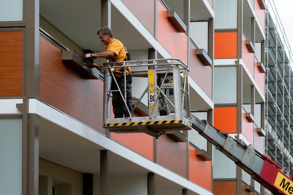 An einem Block an der Niemöllerstraße lässt die Wohnungsbaugenossenschaft Einheit neue Balkone anbringen. Die Arbeiten sind Teil eines Investitionsprogramms zur Verschönerung von Wohnungen.