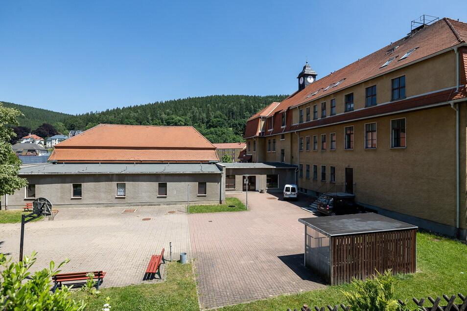 Links steht die alte Turnhalle neben der Oberschule in Schmiedeberg. Die muss nach Fertigstellung der neuen Halle weichen und einer Erweiterung der Oberschule Platz machen.