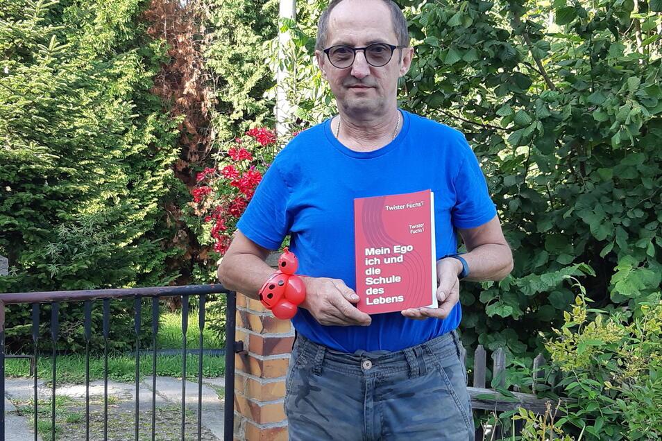 """Torsten Fuchs aus Rennersdorf-Neudörfel mit seinem Buch: """"Mein Ego ich und die Schule des Lebens""""."""