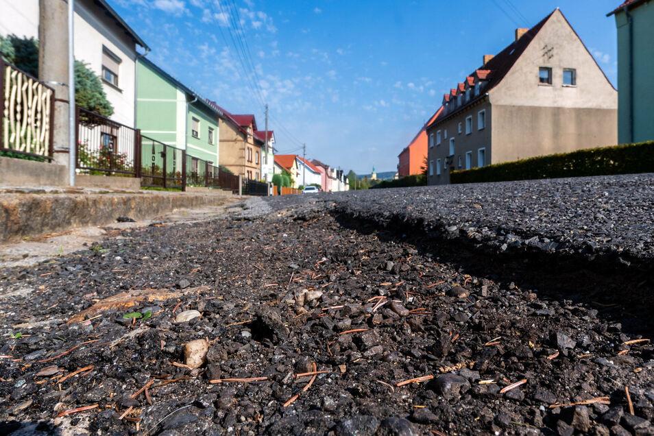 Die Lichtenberger Straße in Pulsnitz ist in schlechtem Zustand. Teilweise sind die Ränder weggebrochen.