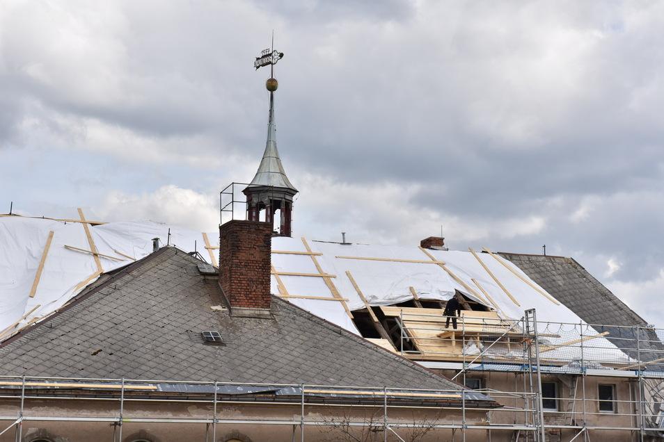 Auf der Rückseite des Schlosses ist derzeit das Dach geöffnet.