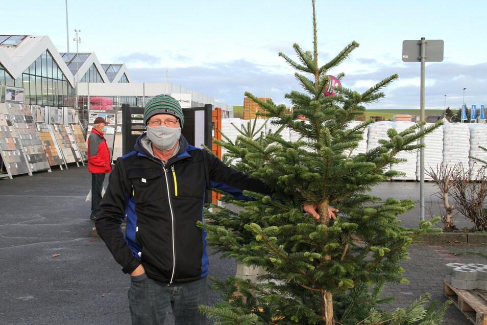 Bei toom kann man die Weihnachtsbäume kostenlos mitnehmen. Auch Joachim Mammitzsch aus Döbeln hat sich einen herausgesucht.