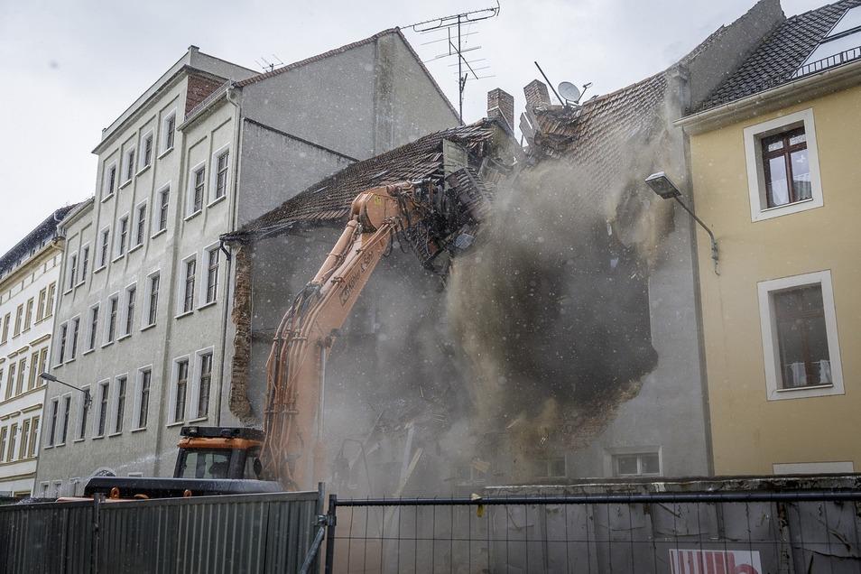 Der entscheidende Moment: Die Baggerschaufel greift erstmals ins Dach, und zwar genau in der Mitte. Dann stürzt es zusammen. Fotos: Nikolai Schmidt