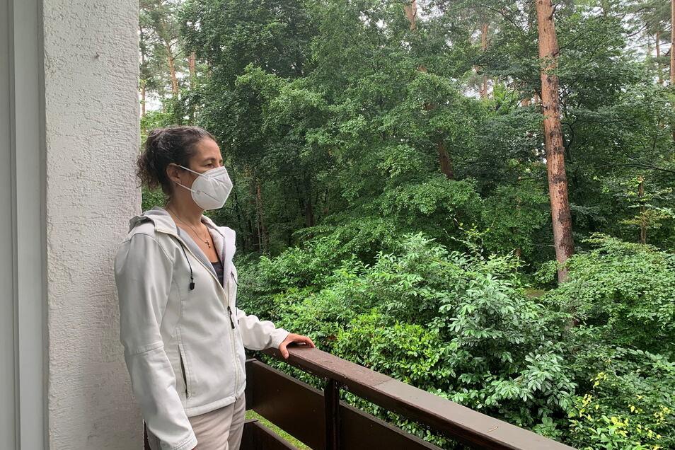 Paula W. steht auf ihrem Balkon. Die 52-jährige Wirtschaftsingenieurin aus Karlsruhe ist eine typische Post-Covid-Patientin.
