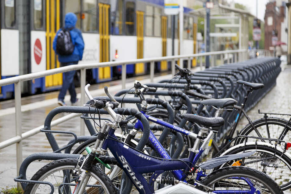 Am Görlitzer Bahnhof stehen die Fahrräder im Regen. 80 Ständer gibt es hier. Zu wenige, findet der ADFC. Tatsächlich aber sind sie faktisch nie komplett ausgelastet.