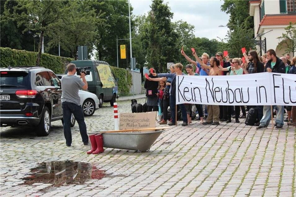 Den ankommenden Stadträten zeigten die Demonstranten die Rote Karte.