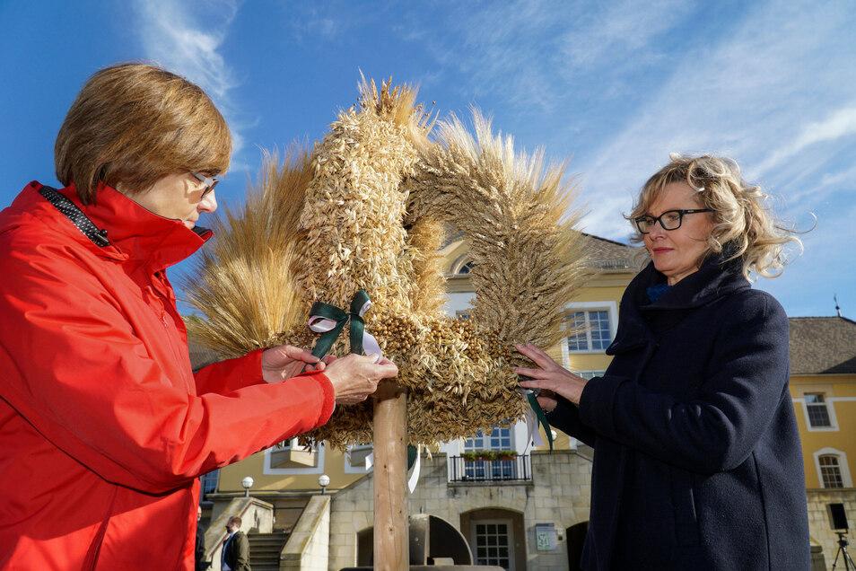 Eine Erntekrone für den Bundespräsidenten: Monika Michel, Präsidentin der Sächsischen Landfrauen, und Elke Lindenberger von der Ortsgruppe Schwarzkollm.