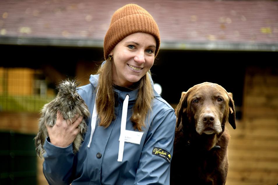 Cindy Bech mit Hühnchen Fluffy (2) und Hund Pepe (12), Therapie mit Tieren im Krankenhaus Arnsdorf.