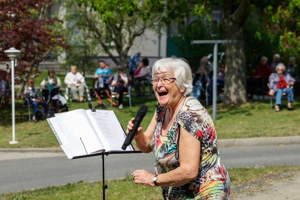Im Park der Seniorenwohnanlage an der Stolpener-Straße in Bischofswerda sang Gabi Polensky am Dienstag für die Bewohner.