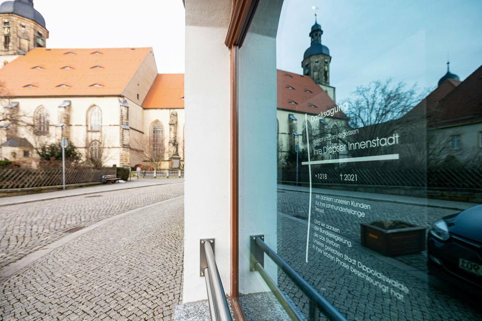 Mit düsteren Schaufenstern und Plakaten, die vor dem Tod der Innenstadtgeschäfte warnen, zeigen viele Geschäfte, wie hier am Kirchplatz, dass sie um ihre Existenz fürchten.