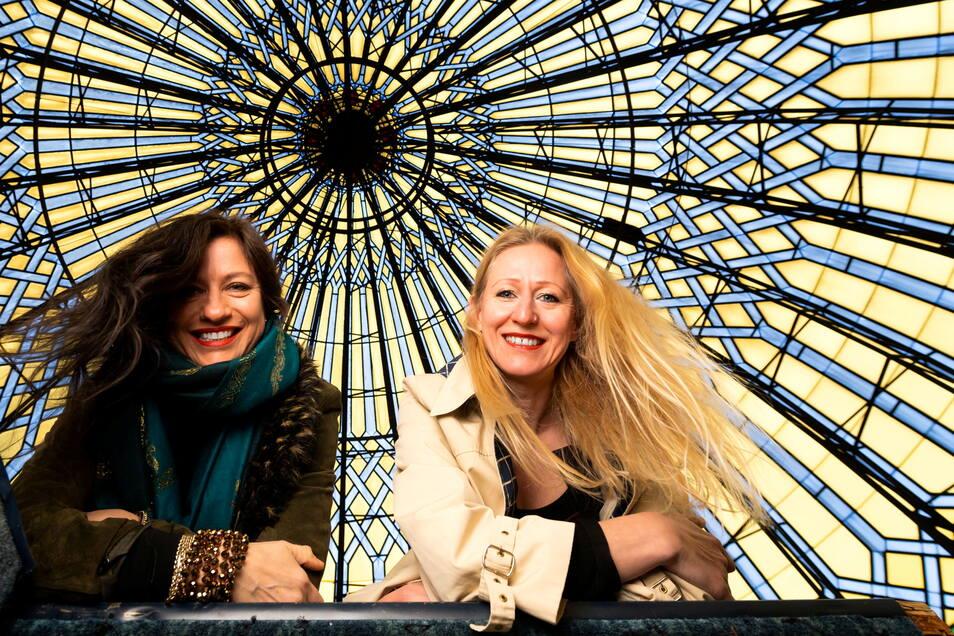 Doreen Seidowski-Faust (links) und Anne Dietrich unter der Kuppel der Yenidze.