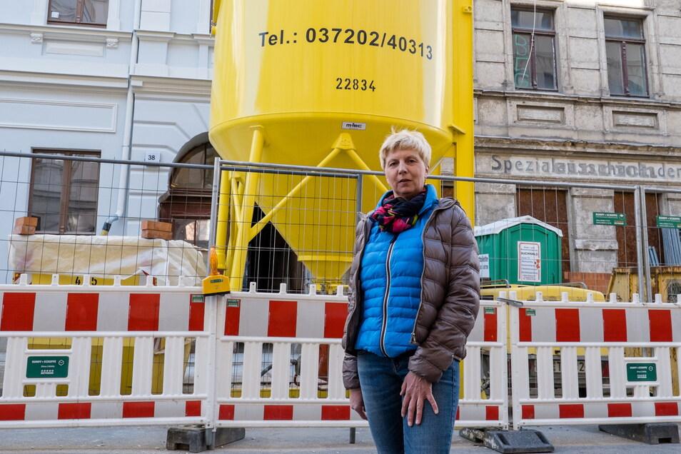 Katrin Illichmann, Sekretärin der Baufirma Biehain Bau, steht vor den Häusern Jauernicker Straße 38 und 39 in Görlitz. Die Firma saniert beide Gebäude.