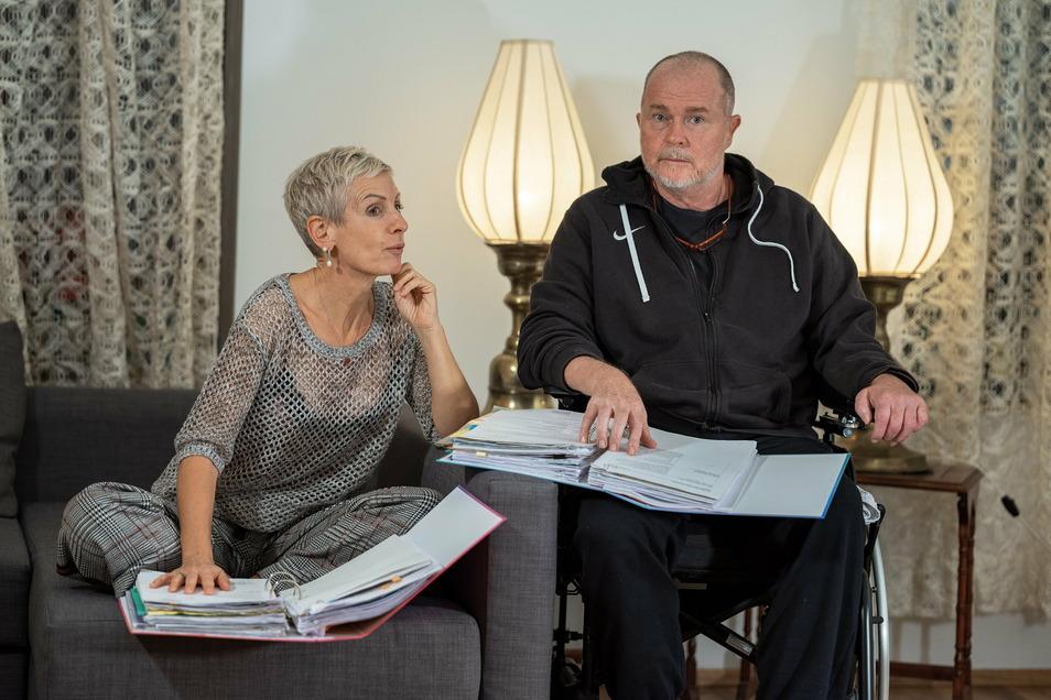 Vom Hoteldirektorensessel in den Rollstuhl: Katharina Weyland unterstützt ihren Mann Michael nach dem Schlaganfall.