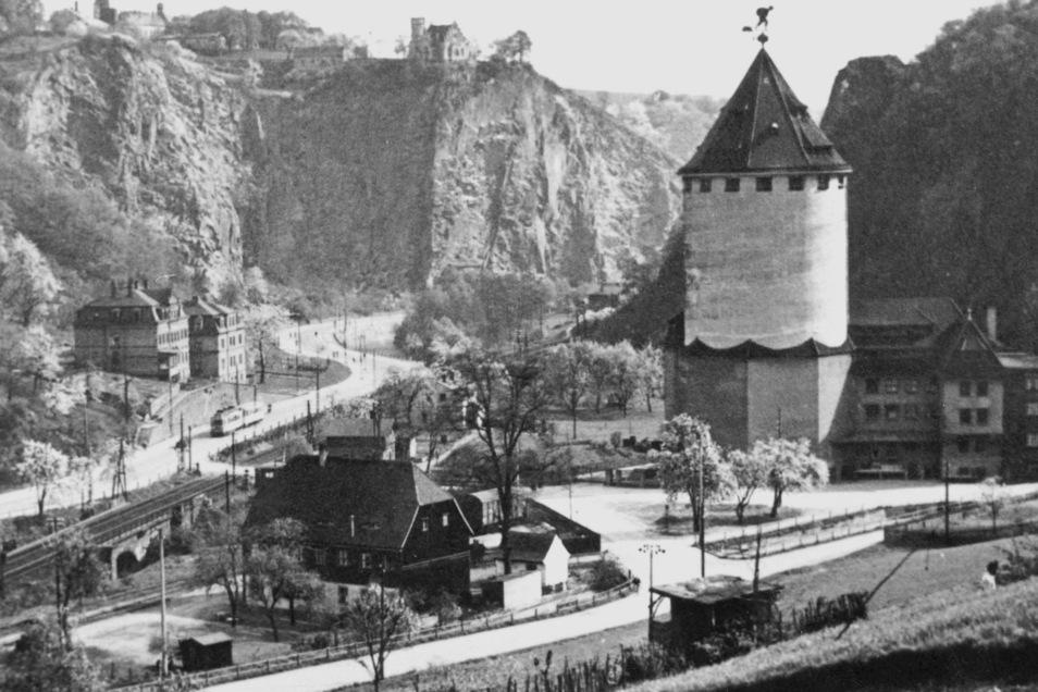 Der Braunsche Siloturm und das Gebäude der Weizenmühle (rechts) um 1930. Links im Vordergrund das Wohnhaus der Pulvermühlenarbeiter.
