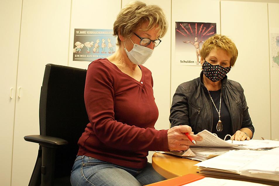 Katharina Krall (links) ist Schuldner- und Insolvenzberaterin beim DRK-Kreisverband Weißwasser. Nicht selten berät sie sich auch mit der Vorstands-Vorsitzenden, also mit Barbara Koschkar.